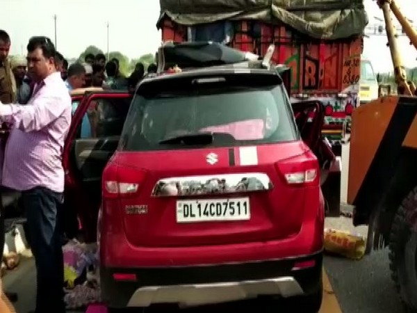 Uttar Pradesh: 3 dead, 1 injured after car rams into truck on Agra-Lucknow Expressway